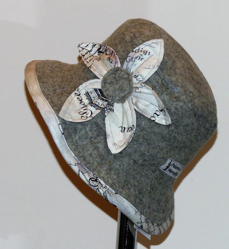 Chapeau en feutre gris clair et coton journal