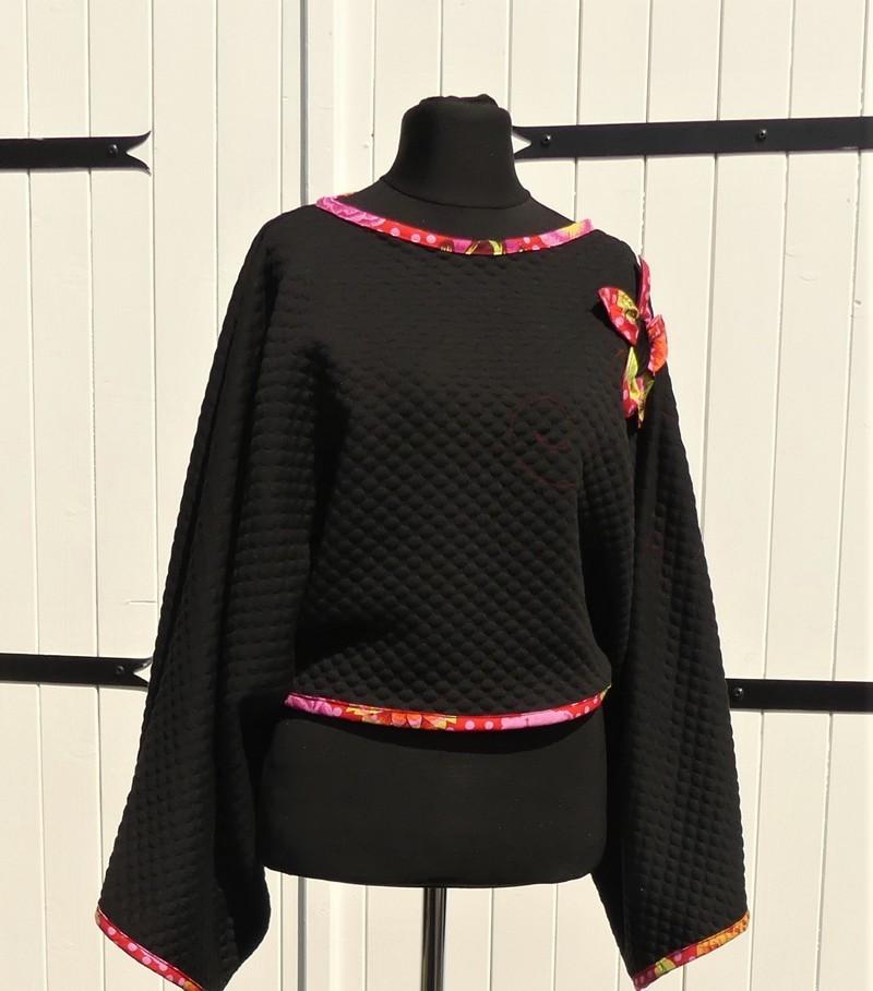 Poncho kimono court en jersey noir et rouge et rose taille unique