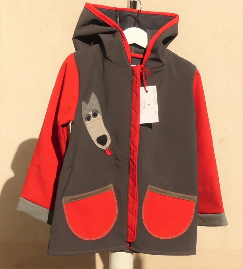 Veste lutin déperlante en softshell taupe et rouge avec «le loup»