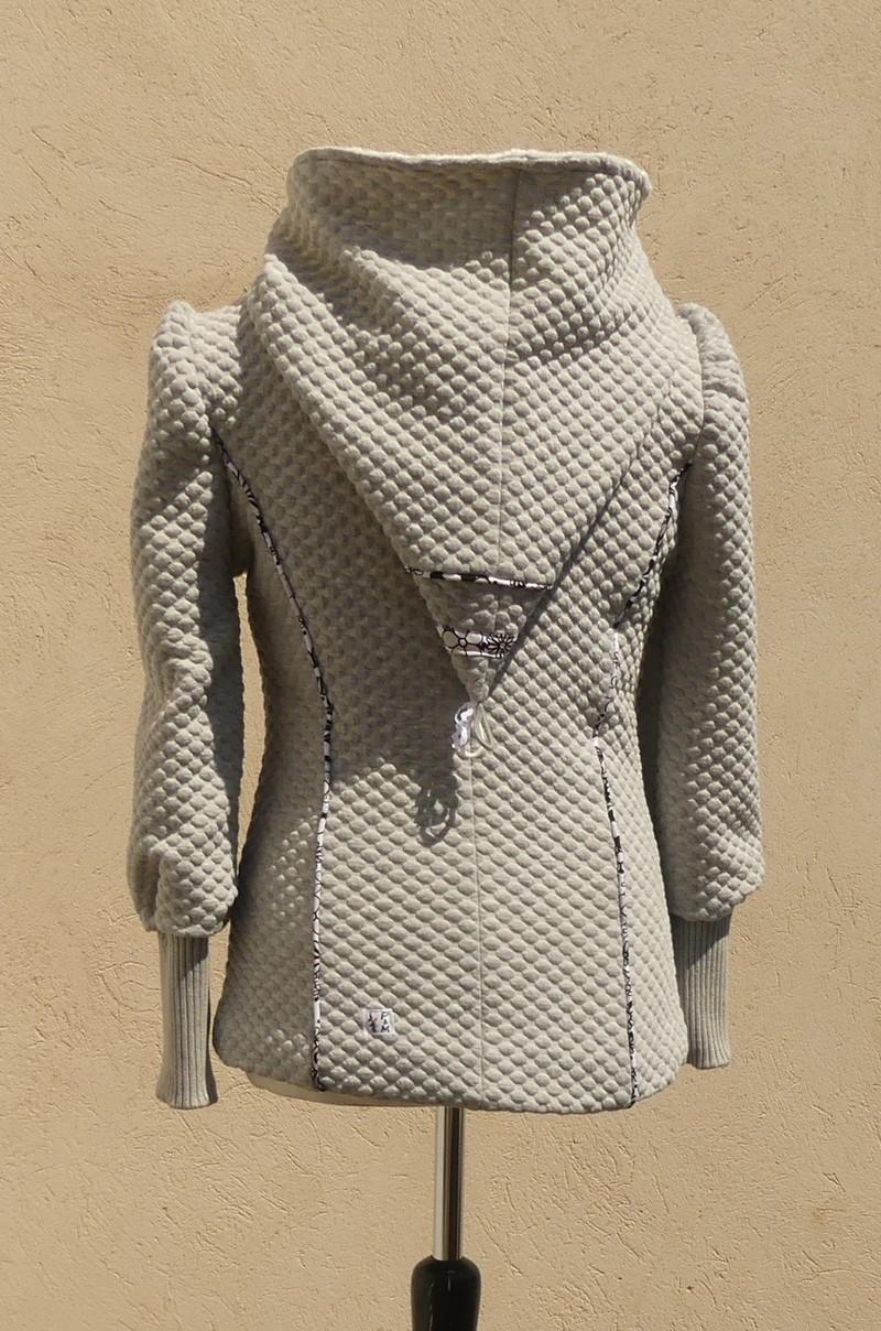 Veste à capuche lutin en jersey matelassé gris clair et crème taille 40